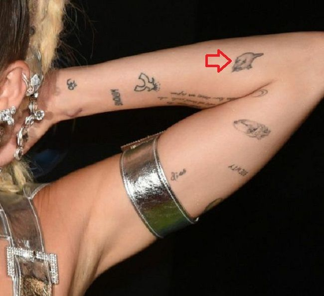 miley cyrus-cat head tattoo