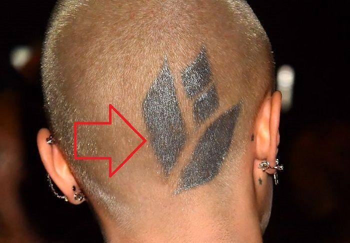 cara delevingne-gemetric flower tattoo