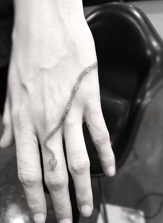cara delevingne-snake tattoo