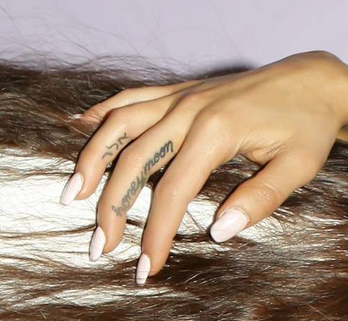 Ariana Grande - Honeymoon finger tattoo