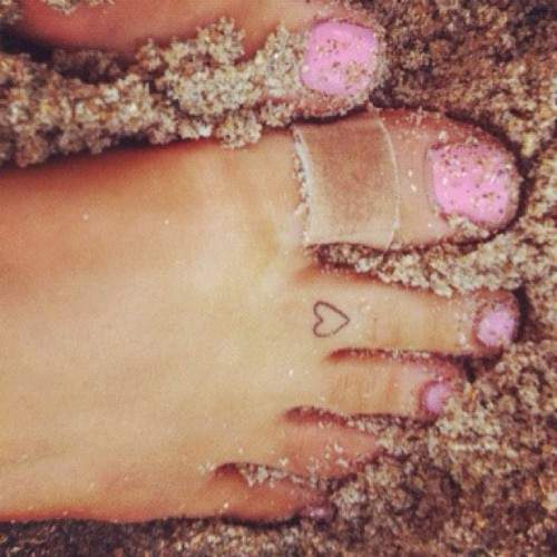 Ariana Grande - Heart toe tattoo