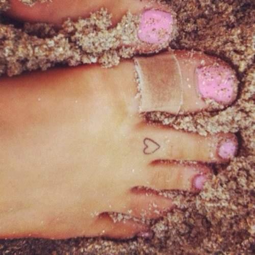Ariana Grande - Heart toe tattoo