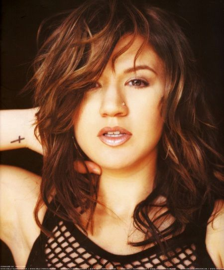 Kelly Clarkson cross tattoo