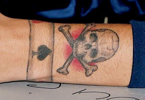 Louis-Tomlinson-Skull-and-Crossbones-tattoo-