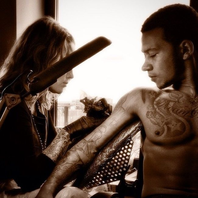 memphis depay getting his arm tattoo inked