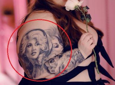 Tess Holliday women tattoo2
