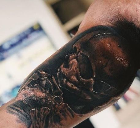 Ezekiel Elliott skull tattoo