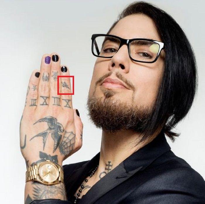 dave navarro-dagger with heart-tattoo